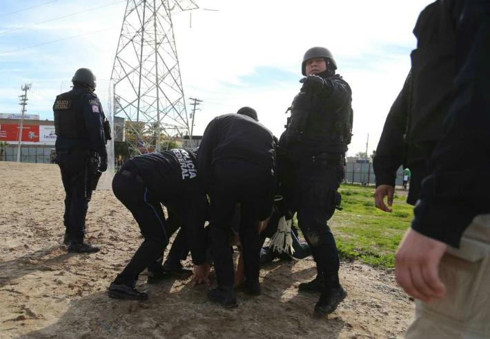 Fotógrafo de Frontera es agredido por Policía Estatal durante manifestación en Rosarito