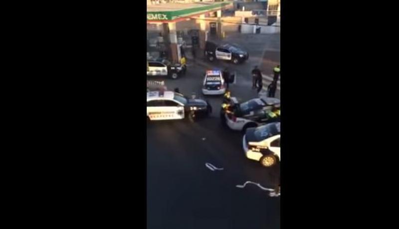 Policías son exhibidos mientras roban productos en saqueos