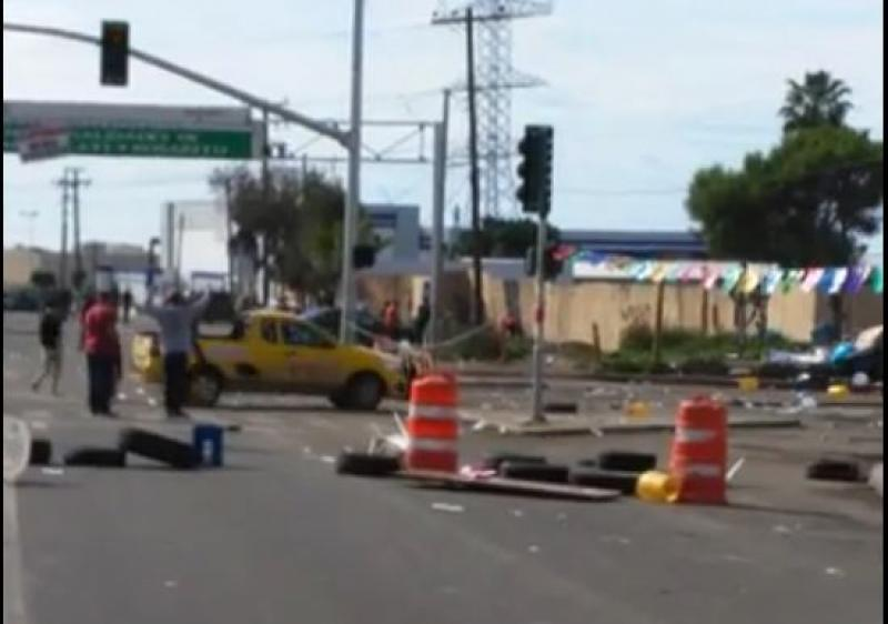 Atropellan a Policías durante desalojo en Rosarito