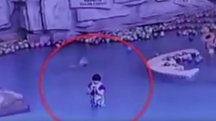 Niño se ahoga en la piscina mientras su madre mira el teléfono (FUERTE VIDEO)
