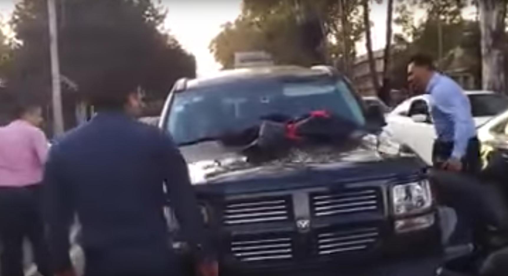 Encuentra al amante de su esposa manejando su camioneta