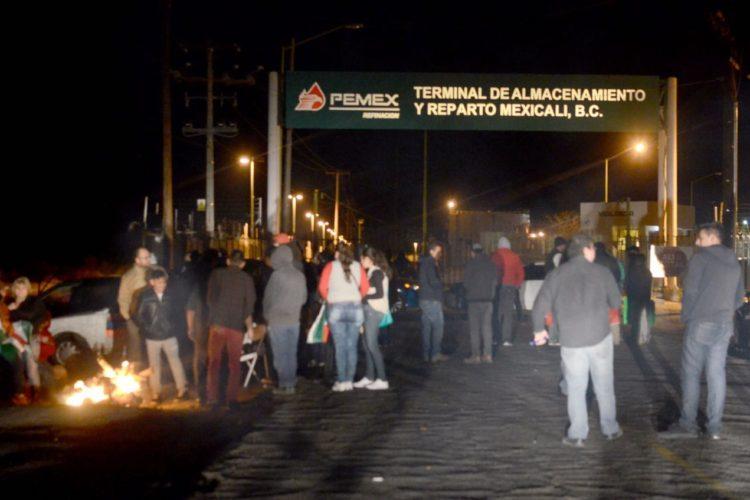 Manifestantes bloquean planta PEMEX en Mexicali