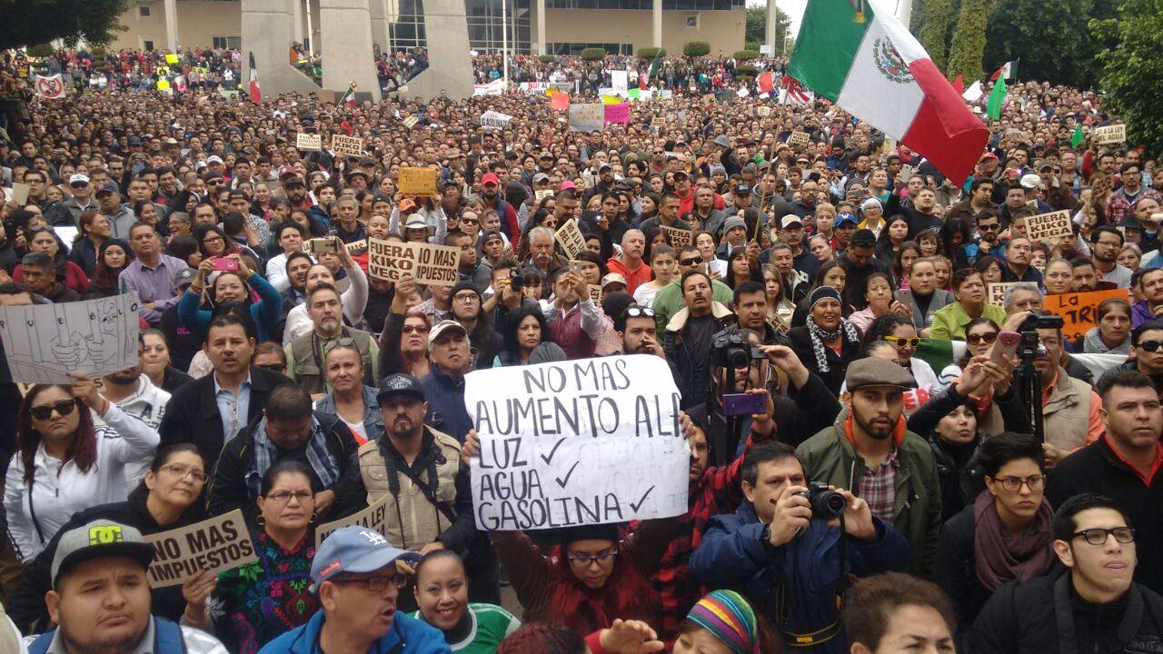 Bloquean edificio del Congreso de Baja California