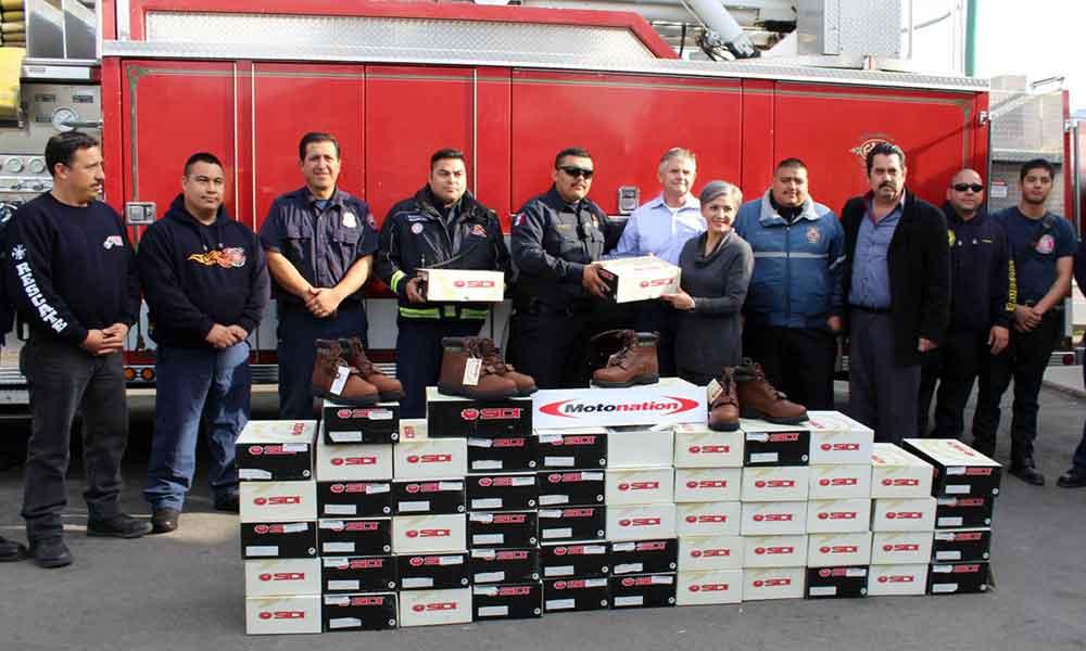 Reciben Bomberos donativo de 60 pares de botas de trabajo