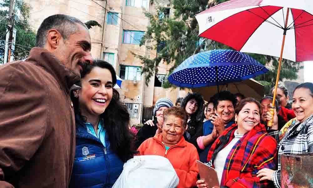 Entrega Presidenta de DIF BC apoyos a afectados por lluvias y bajas temperaturas