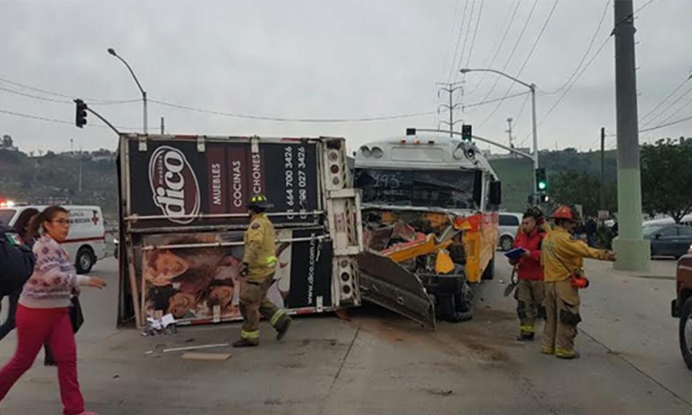 27 lesionados tras choque de camiones en Tijuana
