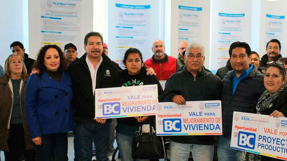 Entrega Gobierno de BC apoyos sociales a familias tecatenses