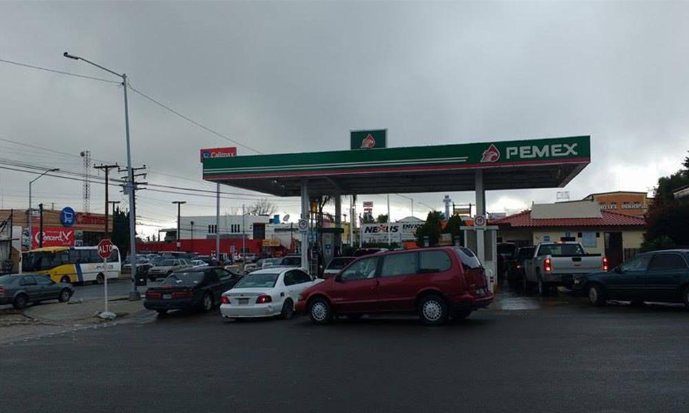 Abastecen gasolineras de Tecate; sólo 400 pesos por auto y no se venderá gasolina en galones