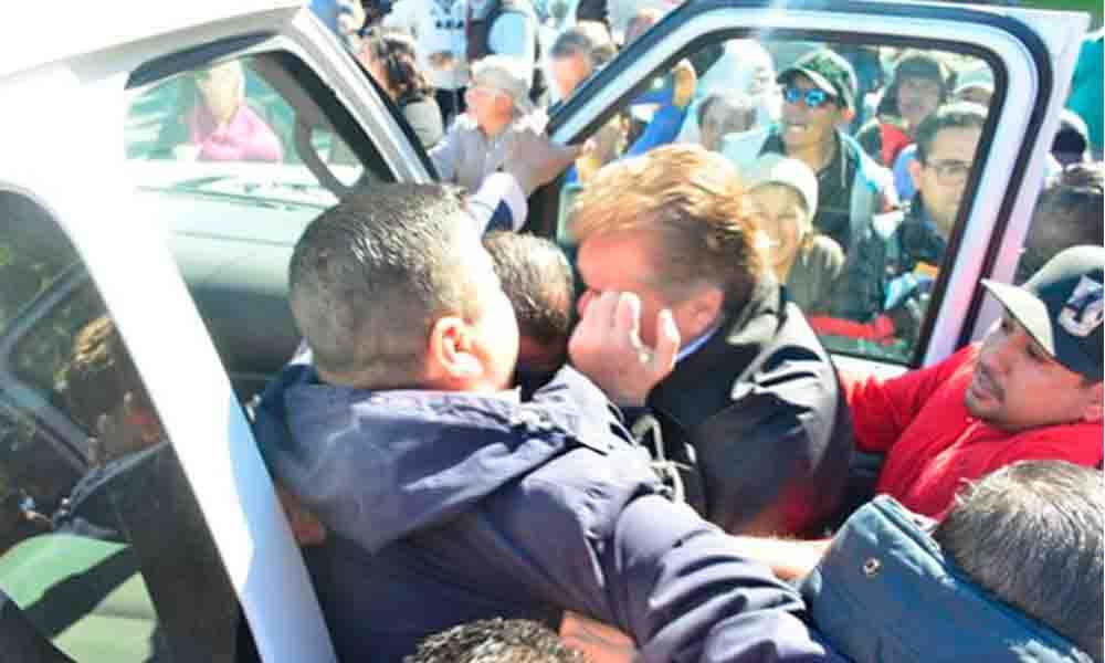 "Tras intento de diálogo, manifestantes jalonean a ""Kiko"" Vega"