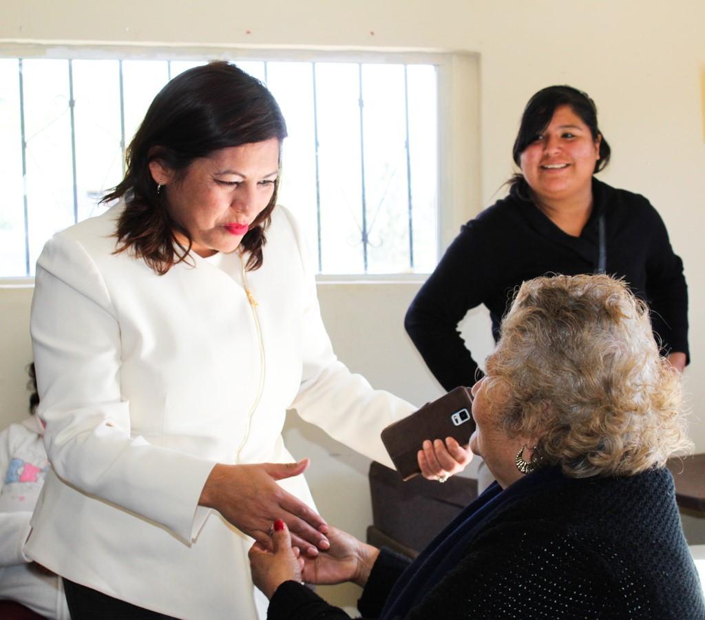 Visita Alcaldesa de Tecate a vecinos de la colonia Cucapah