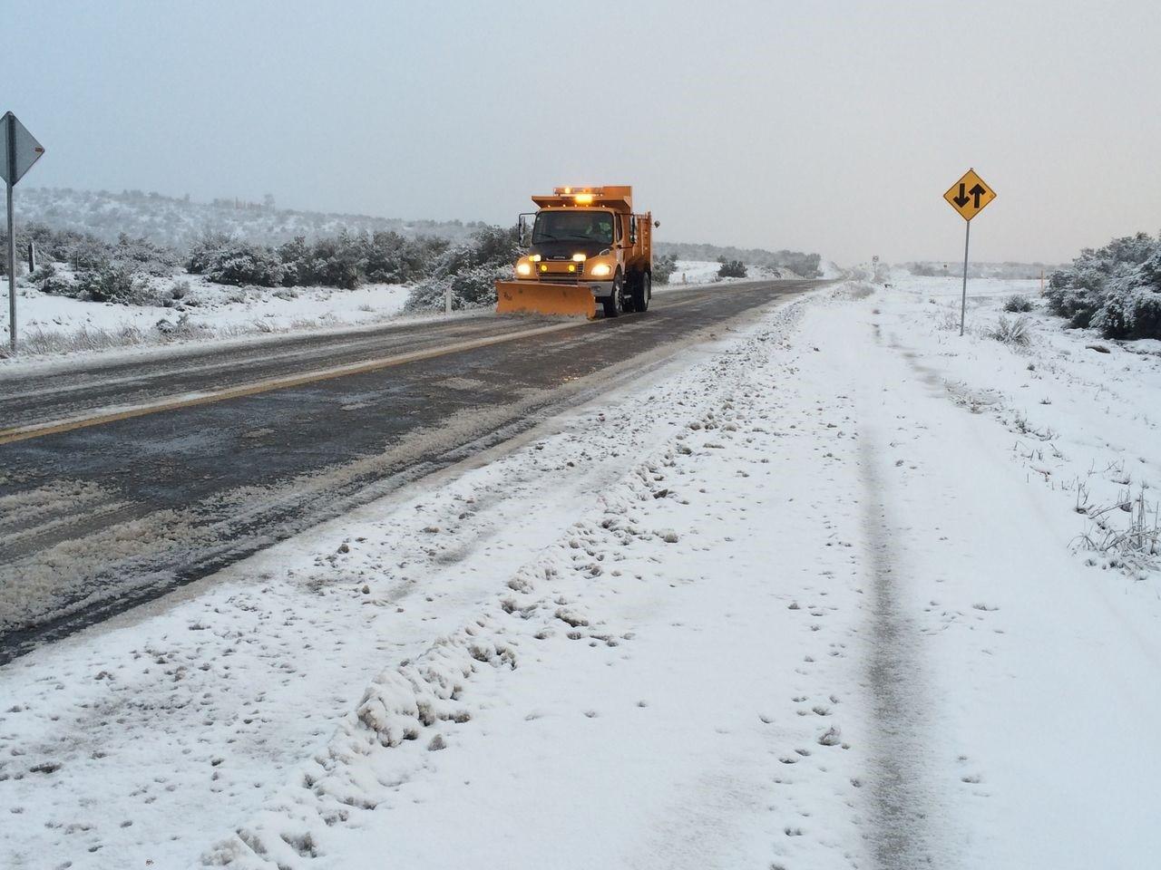 Trabaja SCT en el retiro de nieve en la carretera  Rumorosa – Tecate