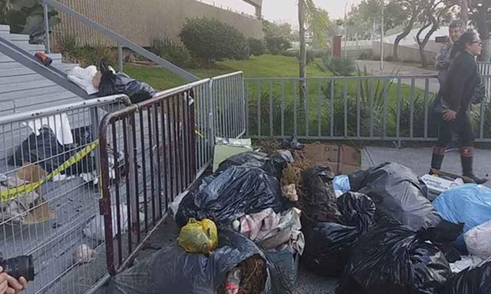 Por falta de servicio, ciudadanos arrojan basura en Palacio Municipal de Tijuana