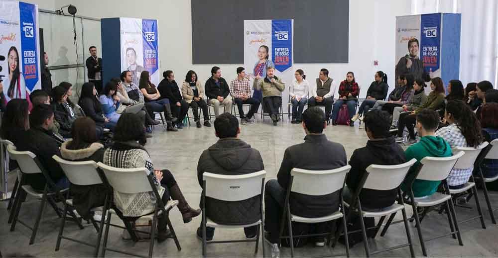 "Beneficia Gobierno de BC a estudiantes con beca ""Joven Universitario"""