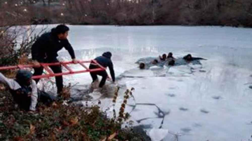Caen en lago congelado en Nueva York por tomarse selfie