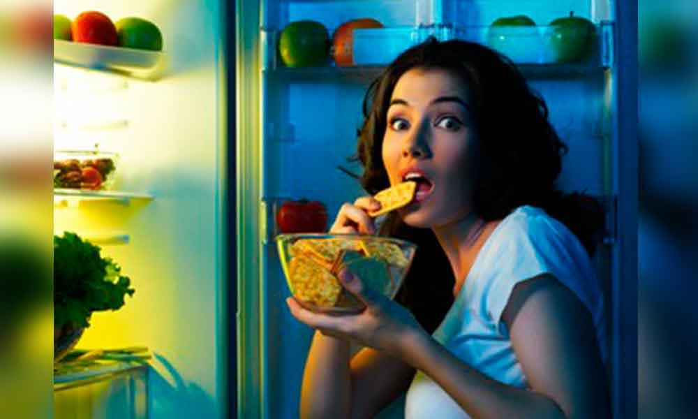 Cenas abundantes perjudican la salud: IMSS