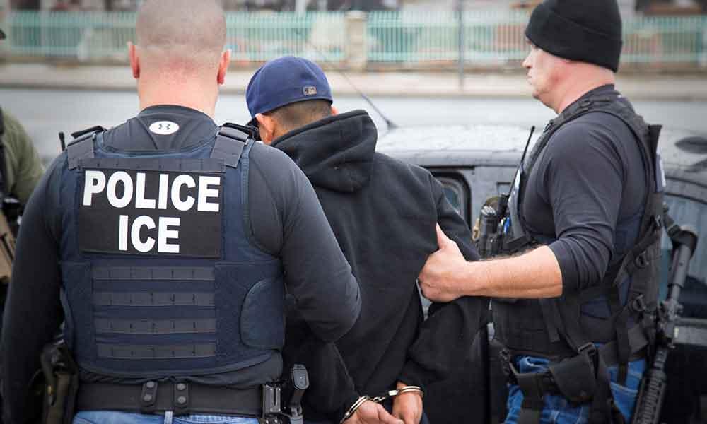 Texas castigará a quienes escondan a indocumentados