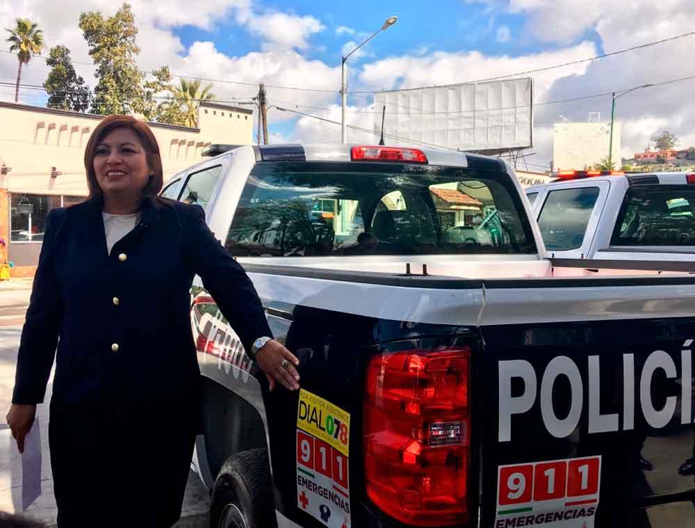 Colocan engomados 078 a patrullas municipales