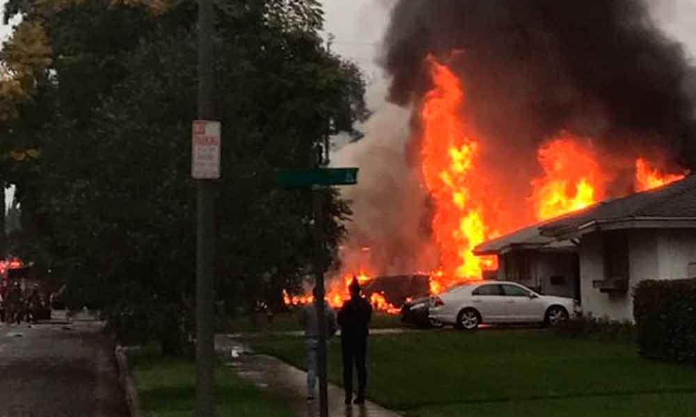 Avioneta cae sobre una vivienda y provoca fuerte incendio