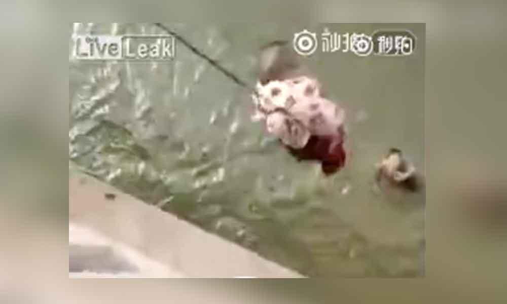 Avienta a su bebé desde un puente tras discusión con su esposo