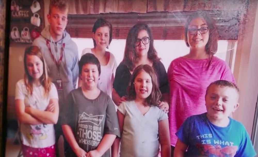 Madre de 5 adoptó a los 3 hijos de su vecina fallecida; entonces la vida le dio una sorpresa
