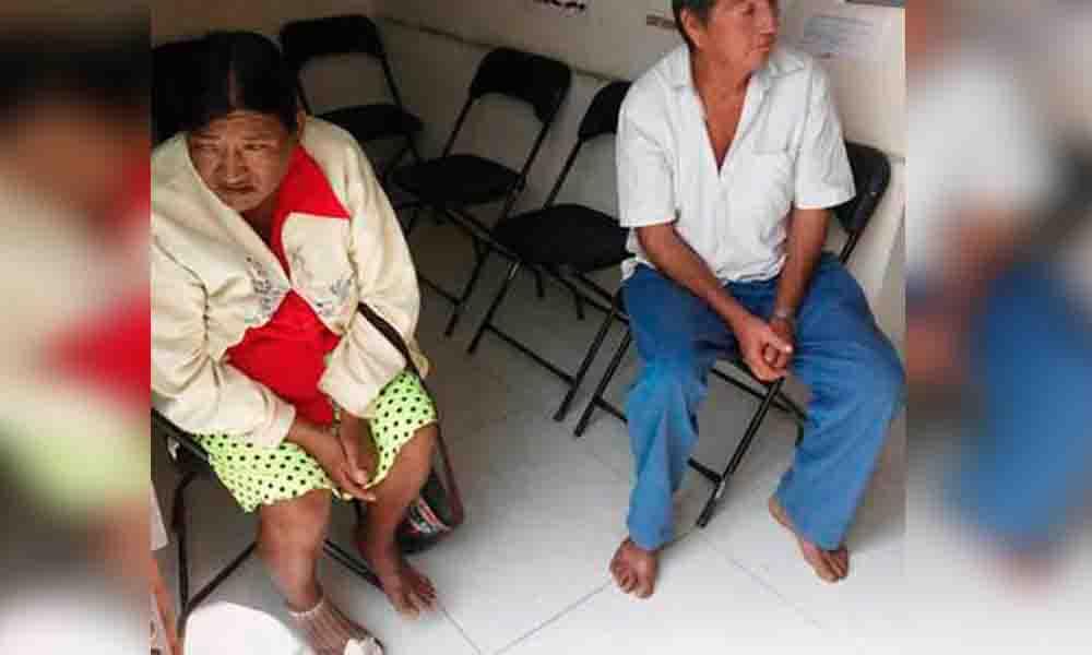 """Piden a campesinos entrar descalzos a oficina para """"no ensuciar"""" el piso"""