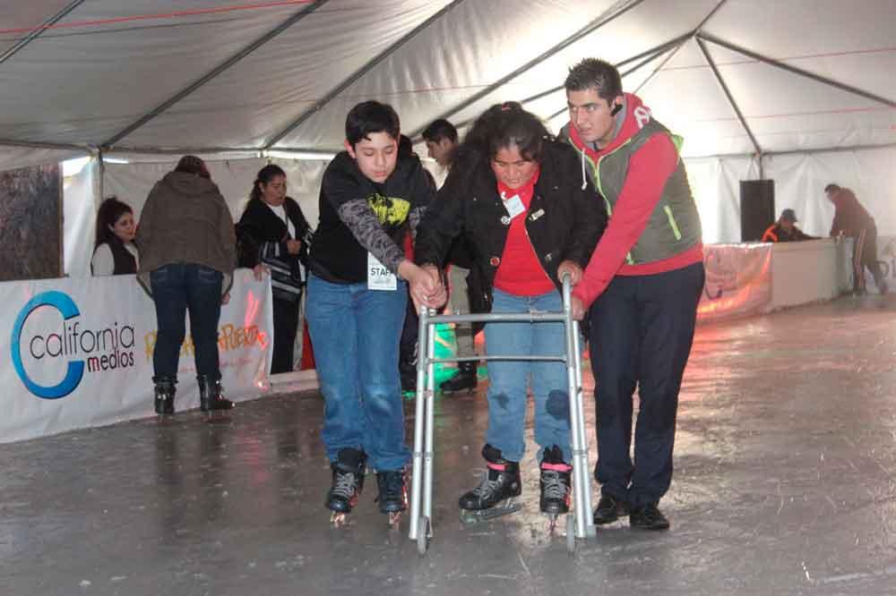 Disfrutan estudiantes del CAM de la pista de hielo