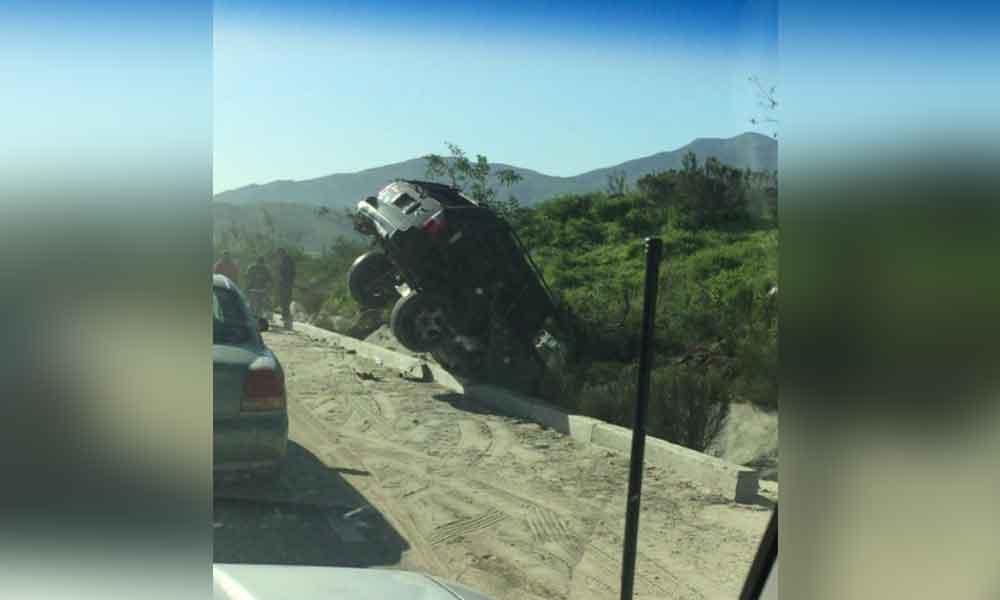 Camioneta vuelca en entrada de Villa del Campo