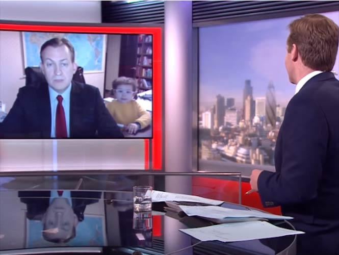 Sus niños lo interrumpen en plena entrevista de BBC