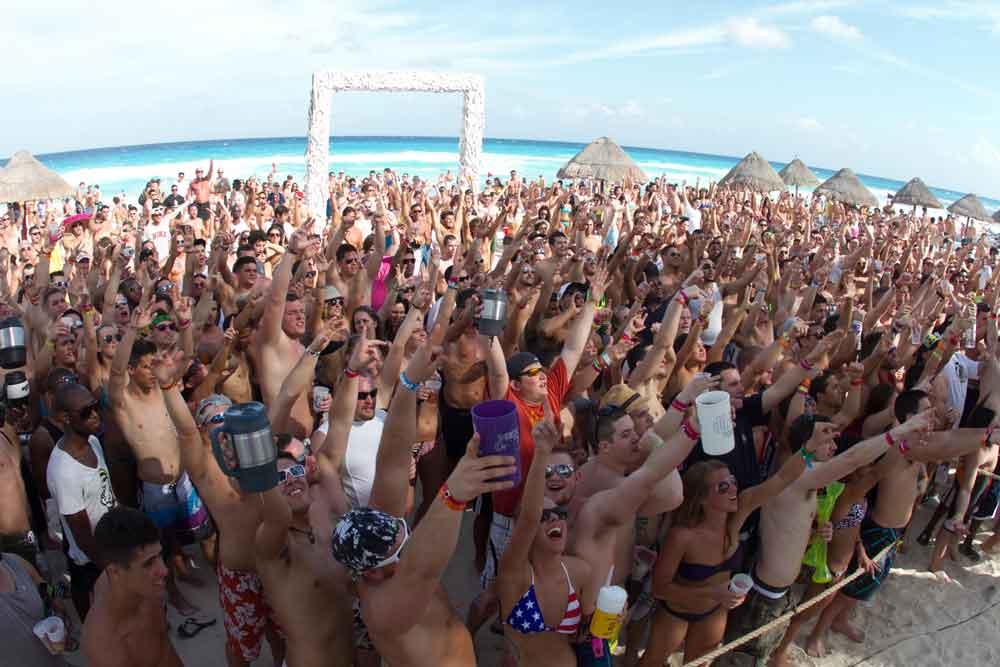 """""""Spring breakers"""" gritan """"construyan ese muro"""" en Cancún"""