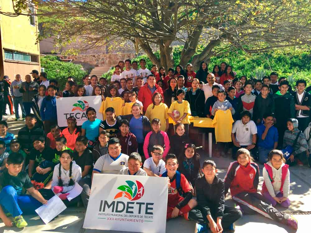 Entrega IMDETE uniformes a deportistas tecatenses