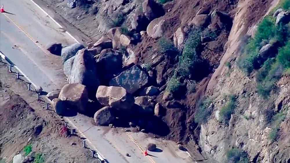 Enormes rocas cierran el paso al caer sobre la Ruta Estatal 78