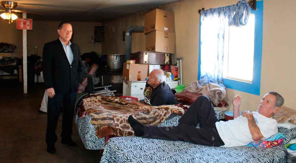 Entrega colchones Presidente de DIF Tecate a asilo de ancianos