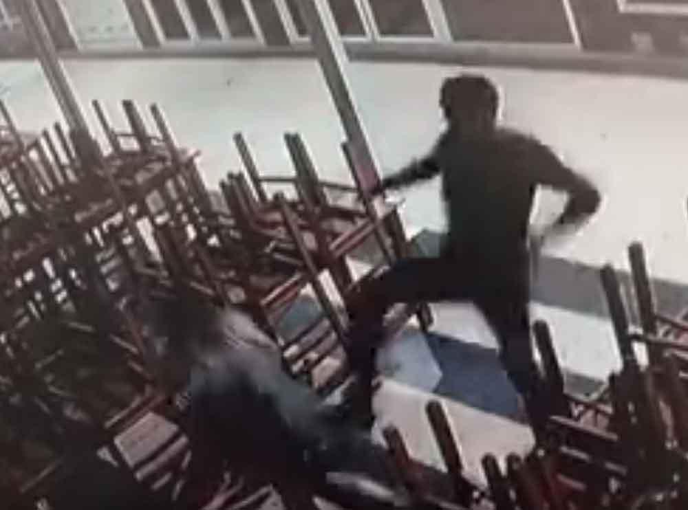 Captan a sujeto golpeando brutalmente a su novia de 17 años