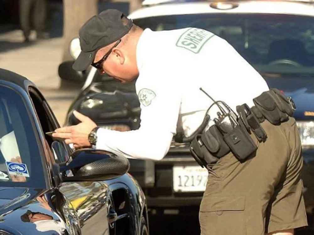 Enfrenta deportación por conducir con vidrios polarizados