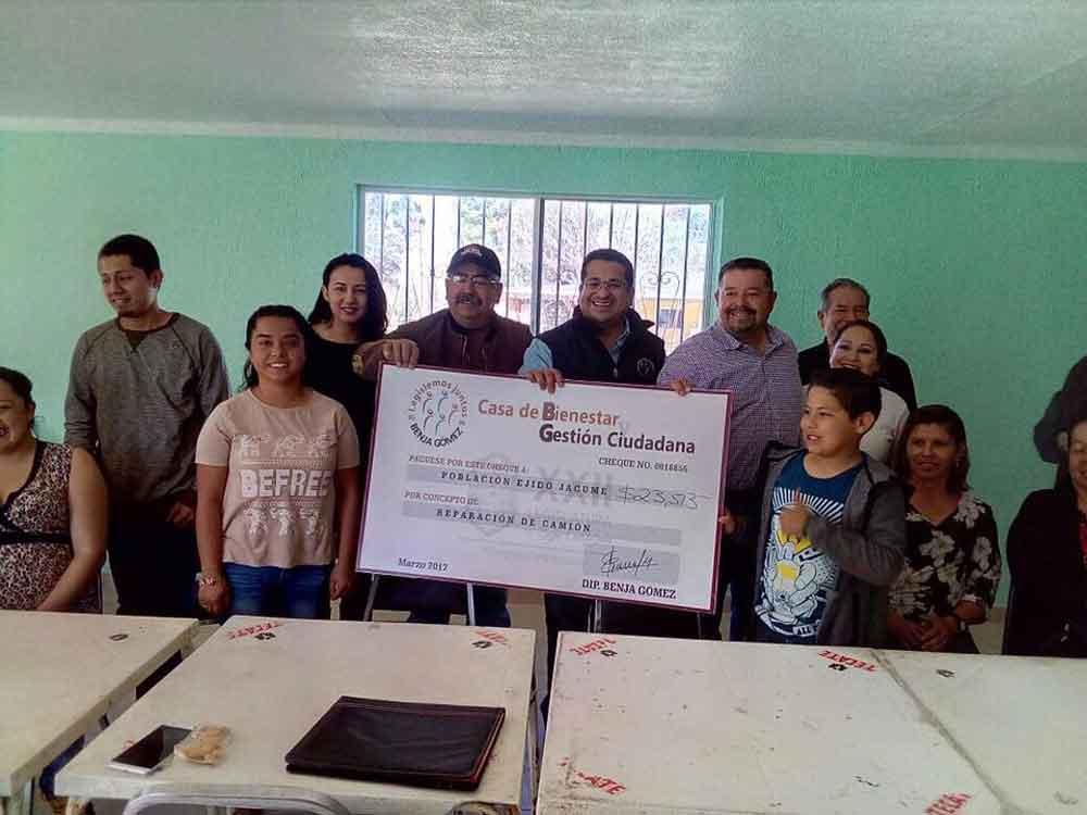 Entrega Diputado Benja Gómez donativo para reparación de camión escolar del Ejido Jacumé