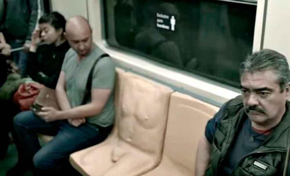 Ponen pene a un asiento del metro, para que hombres sientan lo que es el acoso