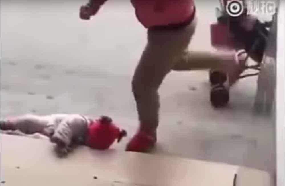 Madre patea a su bebé en el piso para que deje de llorar