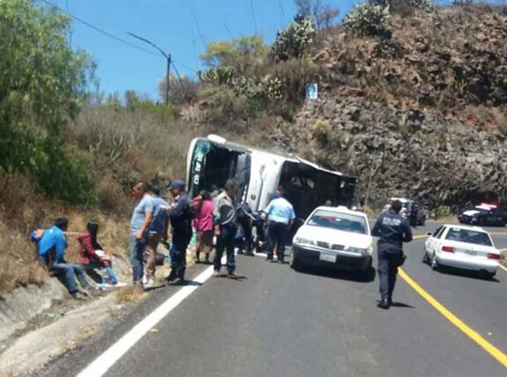 Suman 22 pasajeros heridos por volcadura de autobús