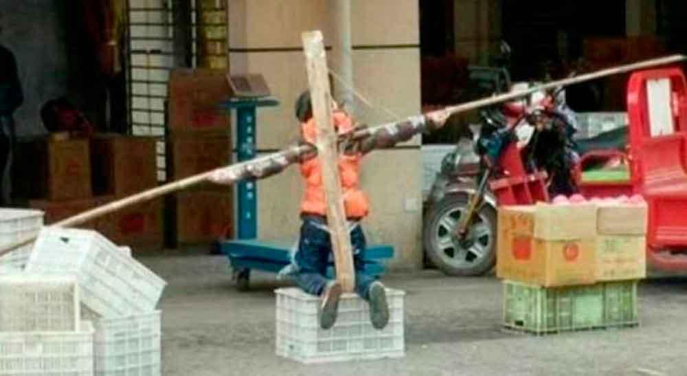 Crucificó a su hijo de diez años porque no hizo la tarea