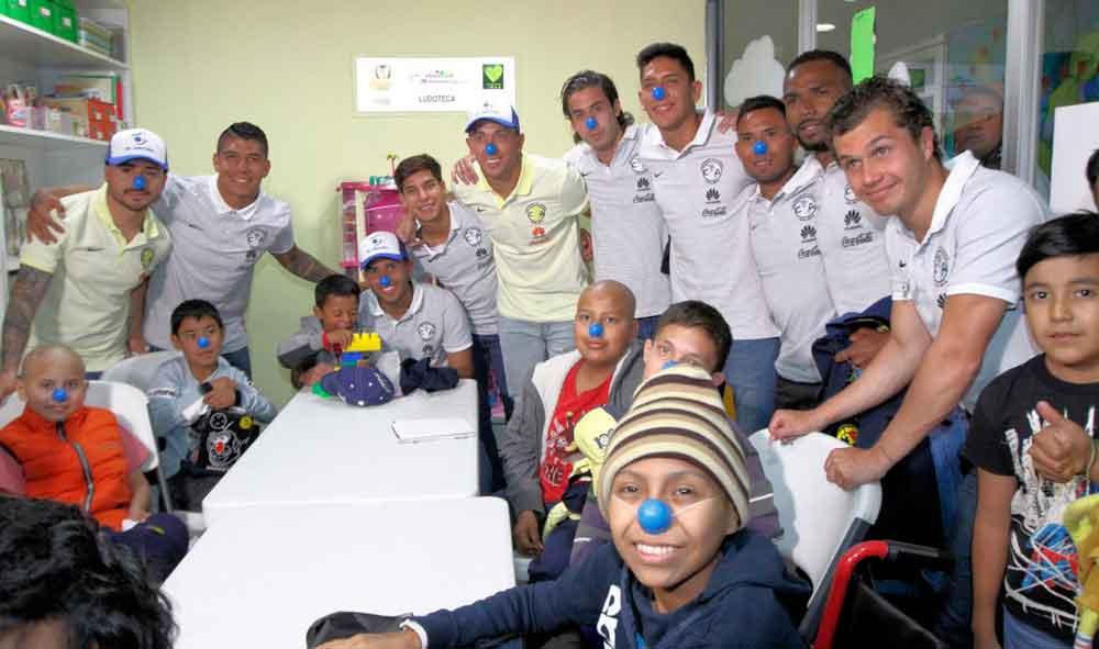 Jugadores del América dan visita sorpresa a niños con cáncer