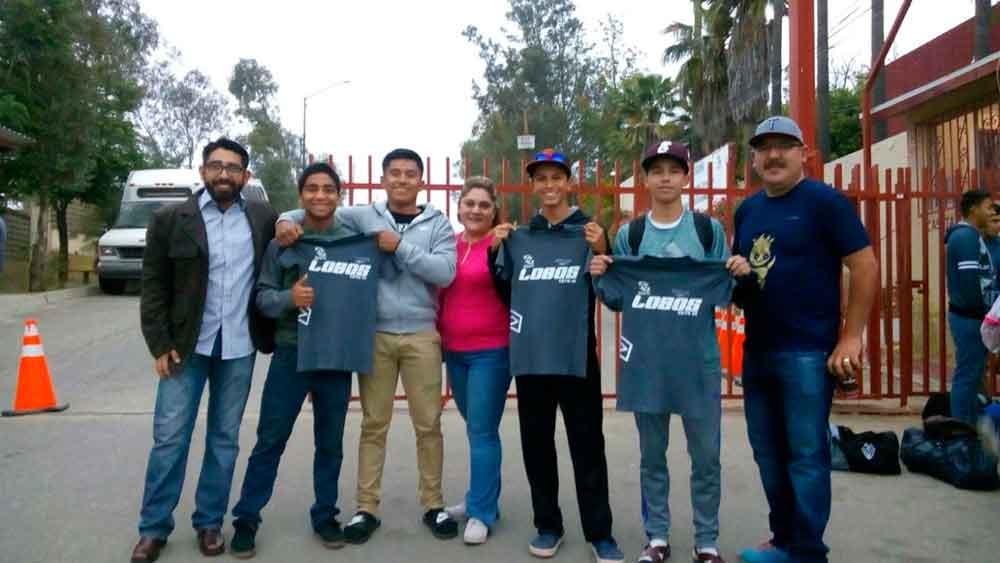 Ayuntamiento de Tecate hace entrega de uniformes deportivos a alumnos de CETis 25