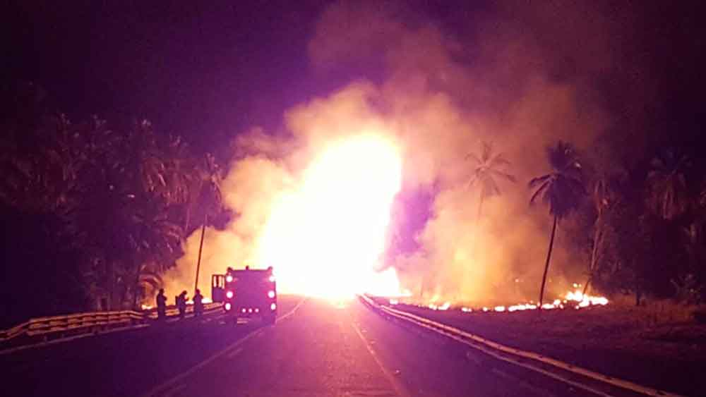 Terrible explosión tras choque de autobús deja al menos 14 muertos y 20 heridos