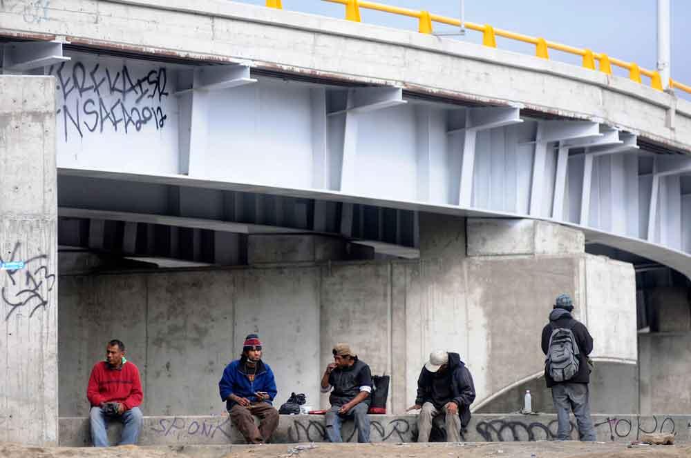 Retirarán a indigentes de canalización en Tijuana