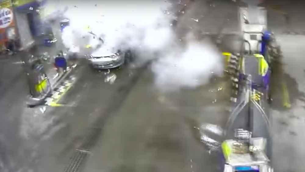 Muere mujer al explotar su auto en gasolinera