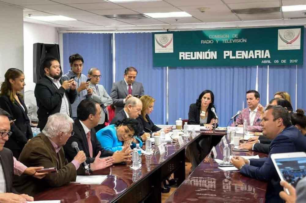 Exhiben a Carmen Salinas dormida durante reunión de trabajo