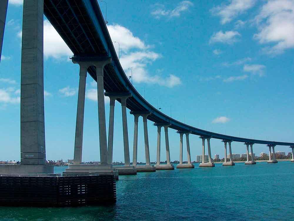 Hombre intenta quitarse la vida, lanzándose del puente coronado