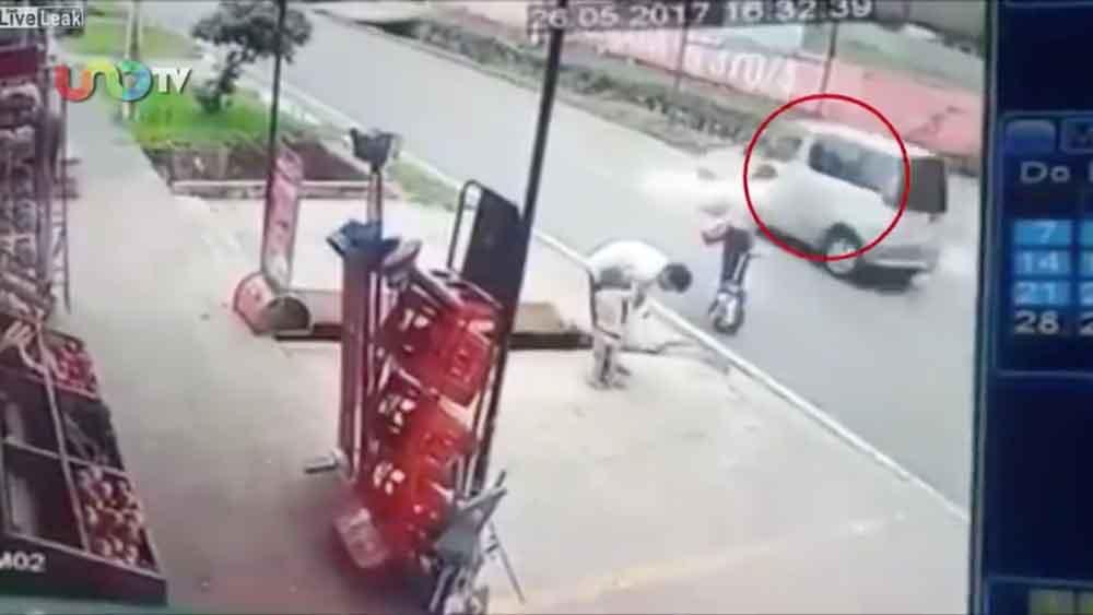 El descuido de unos padres al momento de cruzar la calle provocó que su hija fuera atropellada