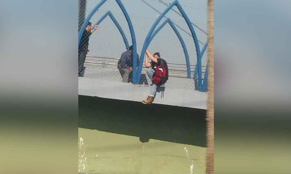 Joven amenaza con lanzarse de puente en Tijuana
