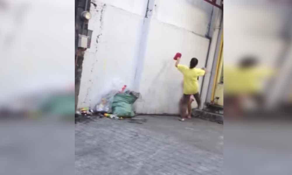 Madre patea a su hija en la calle por no vender flores