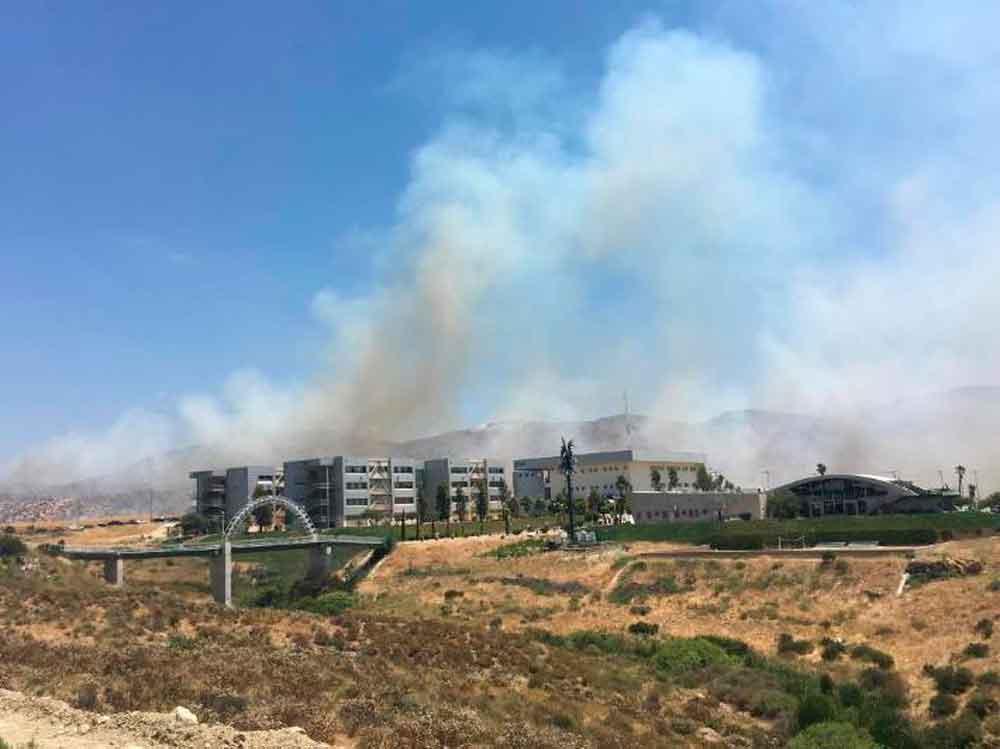 Incendio en Valle de las Palmas provoca evacuación de Estudiantes de UABC